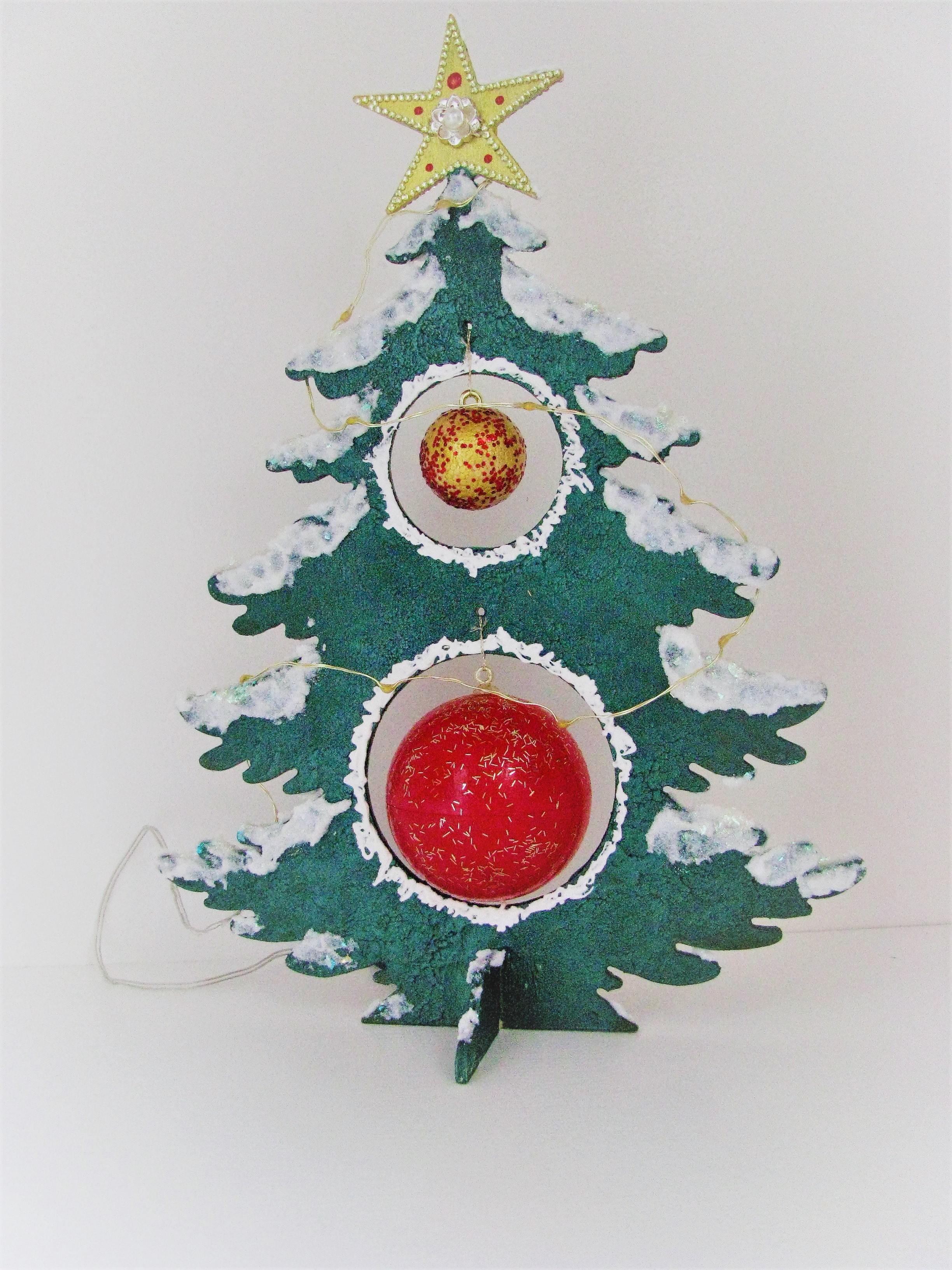 Kugel Für Tannenbaum.Tannenbaum Holz In Grün Mit Verzierungen Und Kugeln