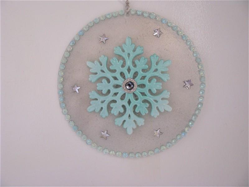 Deko - Scheibe verziert mit Eiskristall und Schmucksteinen