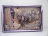 Handverziertes Holztablett in Flieder im Vintagestil