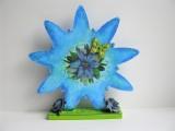 Blume   Holz   in Blautönen aufwendig verziert