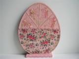 Osterei Holz in rosé mit Schmucksteinen und Ornamenten